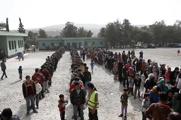 Diese Menschen stehen Schlange im Camp in Schisto. Sie warten auf die Essensausgabe. © Yannis Kolesidis/epa/dpa