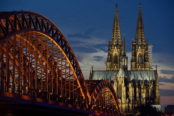 Deuzer Brücke und Kölner Dom in der Dämmerung