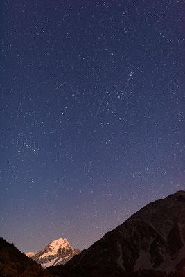 Mount Cook und Nachthimmel mit Sternschnuppen