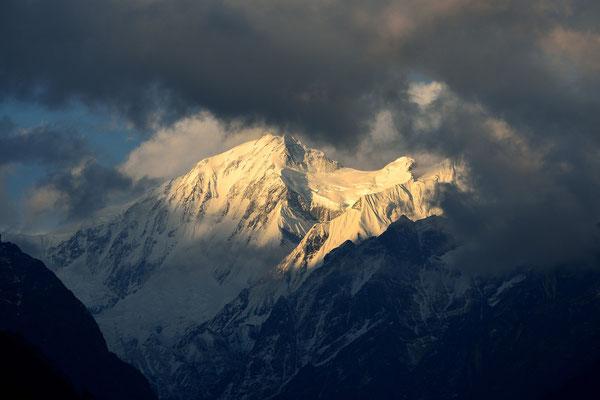 Abendlicht auf der Annapurna III, von Chomrong gesehen