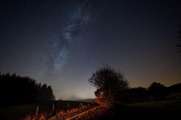 Abendhimmel bei Biedenkopf. 14mm, Blende 2.8, 15s, ISO 4000