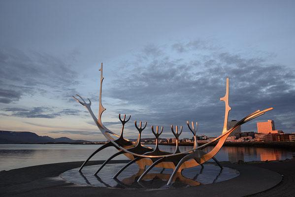 Skulptur eines Wikingerschiffes