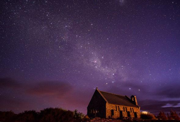Kirche, Milchstraße und Wolken