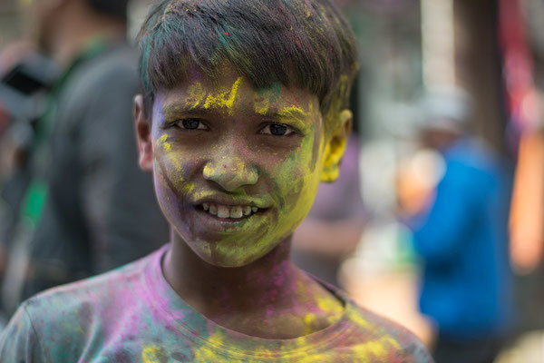 Junge beim Holi-Festival