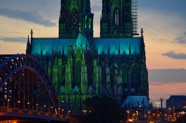 Die Beleuchtung am Kölner Dom geht an