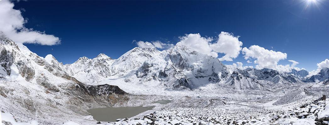 Panorama mit Everest, Nuptse, dem Khumbu Gletscher und rechts im Hintergrund Kangtega und Thamserku