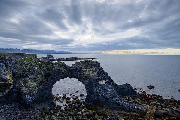 Felsformation an der Küste von Arnastapi