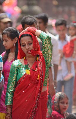 Frau in Festkleidung an einem Feiertag