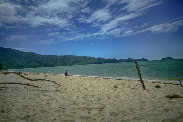 weicher Sand, blaues Wasser und wieder fast für uns alleine