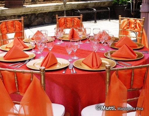 montaje mesa boda naranjas y rosa servilletas blancos mutti