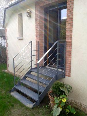 Escalier métallique avec rampe.