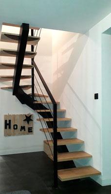 Escalier demi-tournant à limon central et marche bois