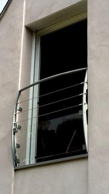 Garde corps de fenêtre courbe avec câble inox et verre.