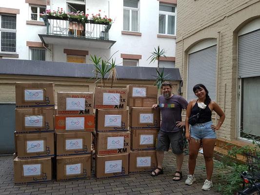 Montag: I Support the girls - Germany kommen mit 25 (!!!) Kartons Hygieneartikeln, Windeln etc.