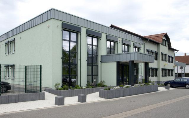 Außenansicht des neuen Gebäude von Wahlen und Schabbach