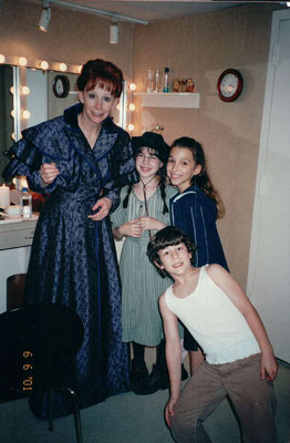 Nicholas in the dressing room with (l-r) Reba McEntire, Jenny Baker and Jewel Restaneo. Credit the Restaneos.