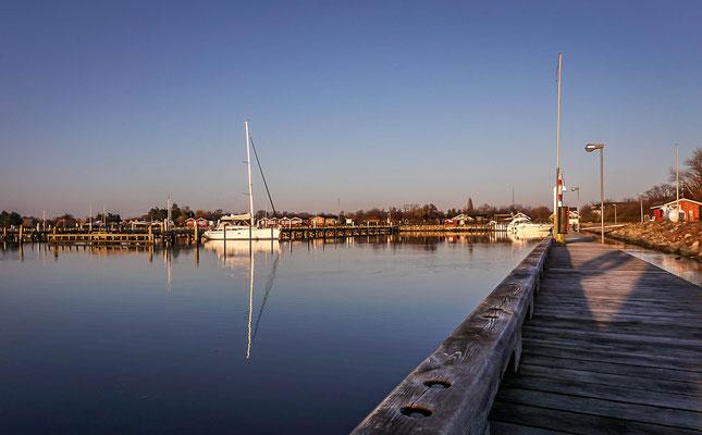 Spiegelungen im Hafen von Gedser an der Dänischen Ostseeküste