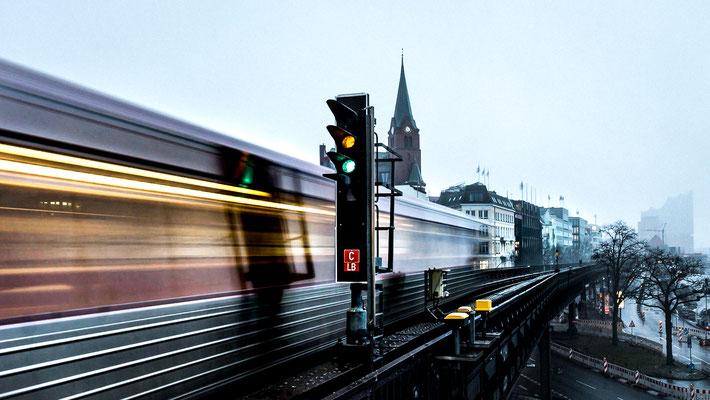 Ausfahrende Hamburger U-Bahn