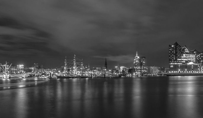 Die Hamburger Skyline bei Dunkelheit in Black and White