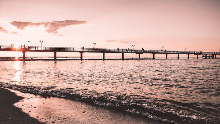Die Seebrücke im Ostseebad Kühlungsborn im Sonnenuntergang
