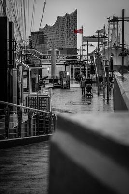 Landungsbrücken in Hamburg mit Elbphilharmonie im Hintergrund