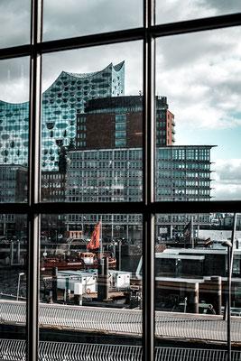 Blick auf die Elbphilharmonie von der U-Bahnstation Baumwall