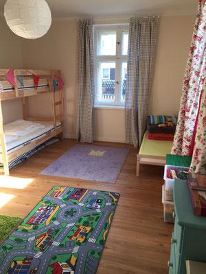 KInderzimmer mit 2 Etagenbetten und 1 Kinderbett