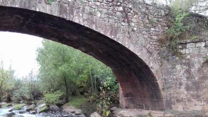 Pont romain sur le ruisseau des Mourgues, lieu de pause déjeuner à l'abri de la pluie