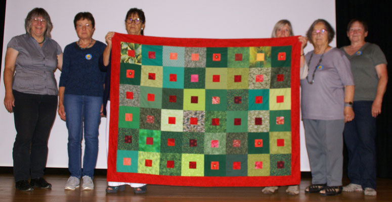 Ein Teil der Zibeler-Frauen mit der Gewinnerin Lisa Leu (links).