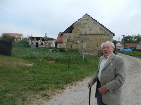 Vinzenz Pitzinger vor seinem ehemaligen Wohnhaus