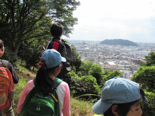見晴らしポイント:正面の丘は、八幡山