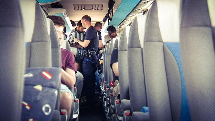Kontrolle im Reisebus