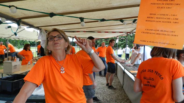 Les 3 comités des fêtes et des bénévoles de Vallées-en-Champagne assurent la restauration.