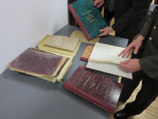 Die Restbestände der alten Bücher im Verleich zu den neu gebundenen Chronikbüchern