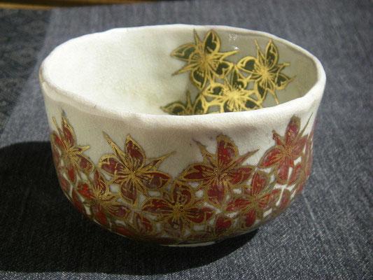 上絵で装飾した抹茶碗です。