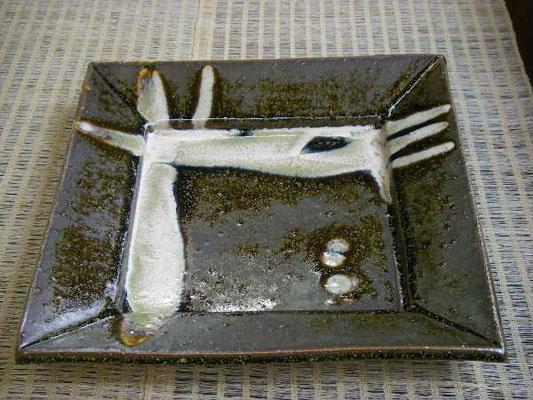 2種類の釉薬で装飾したお皿です。
