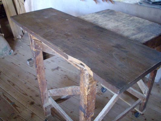 文机(けやき) 欠けた天板と 外れた蟻桟(ありざん)の脚を修復しました。