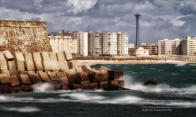Mar y viento, azotando la costa.