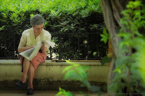Una abuela leyendo.