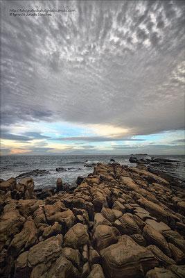 Amanecer entre rocas y nubes