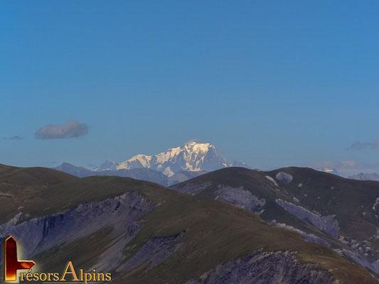 Le Mont-Blanc  est visible lorsque le temps est idéal.