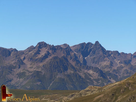 Une vue panoramique saisissante, ici le massif de Belledonne et ses trois pics au loin.