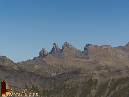 Les aiguilles d'Arves; l'aiguille Méridionale (3 514 m), l'aiguille Centrale (3 513 m) et l'aiguille Septentrionale(3 163 m).
