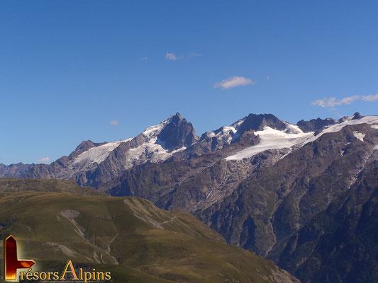 Vue imprenable sur La Meije culminant à 3984 m , l'un des hauts lieux du massif des Écrins (depuis la croix de Cassini).