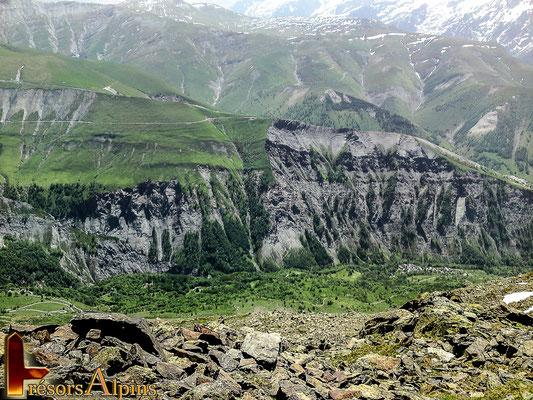 Sur le massif en face on distingue bien les différentes cassures et mouvements de terrains.