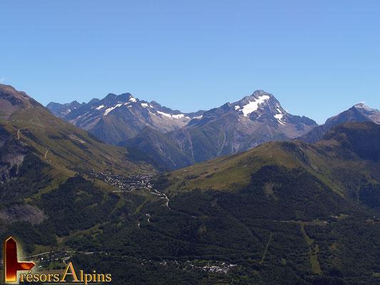 Au loin le vallon de la Muzelle et les Deux Alpes ...