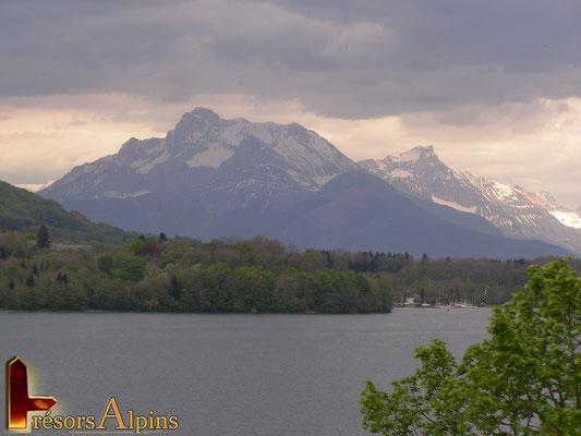 Vue sur les Ecrins depuis le lac Laffrey (Isère)