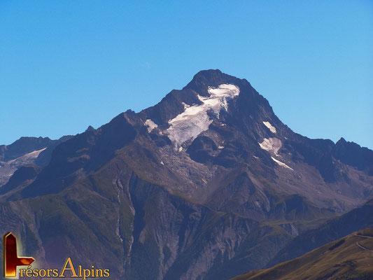 La roche de la Muzelle domine du haut de ses 3465 m.