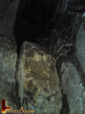 La sécurité du chantier est importante.Les blocs menacent de tomber.Pour celui-ci il sera débité au sol après avoir été basculé.