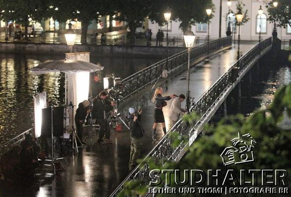 Nächtliche Mordszene bei strömendem Regen an der Reuss (Rathausbrücke): Rebekka Burckhardt als Margrit Scherrer, Andreas Matti als Anton Widmer.
